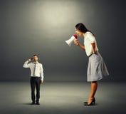 Mulher de negócios que grita no homem pequeno Imagem de Stock
