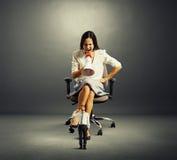 Mulher de negócios que grita no homem pequeno com arma Fotografia de Stock Royalty Free
