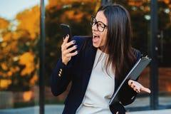 Mulher de negócios que grita no telefone celular Tendo a divisão nervosa no trabalho, gritando na raiva, gestão de tensão, mental foto de stock royalty free
