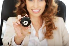 Mulher de negócios que guarda a bola de bilhar oito Fotos de Stock