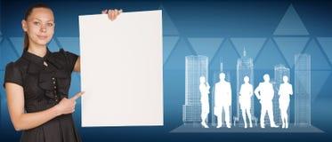 Mulher de negócios que guarda a folha de papel vazia, espacial Fotos de Stock