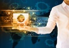 Mulher de negócios que guarda o conceito do negócio da tecnologia da tabuleta Imagens de Stock