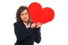 Mulher de negócios que guarda o coração de papel vermelho Foto de Stock