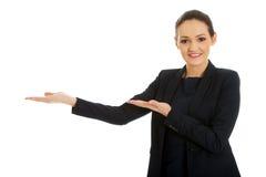 Mulher de negócios que guarda o espaço da cópia nas mãos Fotografia de Stock Royalty Free