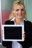 Mulher de negócios que guarda o PC digital da tabuleta imagem de stock