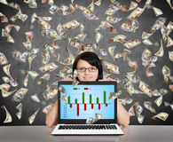 Mulher de negócios que guarda o portátil com carta de negócio Imagens de Stock