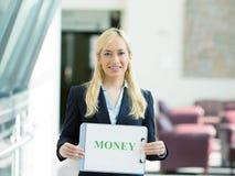 Mulher de negócios que guarda o sinal do dinheiro Fotos de Stock