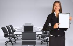Mulher de negócios que guarda o suporte de papel Imagens de Stock