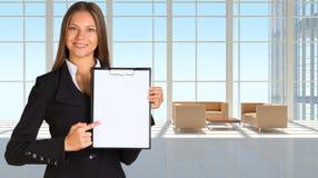 Mulher de negócios que guarda o suporte de papel Fotografia de Stock