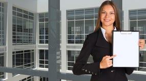 Mulher de negócios que guarda o suporte de papel Fotos de Stock