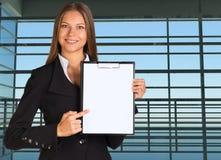 Mulher de negócios que guarda o suporte de papel Foto de Stock Royalty Free