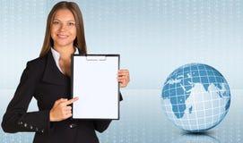 Mulher de negócios que guarda o suporte de papel Fotografia de Stock Royalty Free