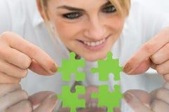 Mulher de negócios que guarda partes de enigma de serra de vaivém Imagens de Stock Royalty Free