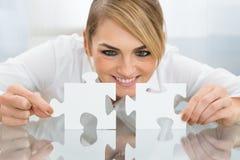 Mulher de negócios que guarda partes de enigma de serra de vaivém Fotos de Stock