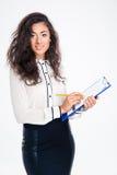 Mulher de negócios que guarda a prancheta com lápis Fotografia de Stock Royalty Free