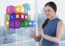 Mulher de negócios que guarda a tela de vidro com ícones dos apps Fotos de Stock Royalty Free