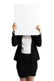 Mulher de negócios que guarda um cartão branco vazio na frente dela imagem de stock