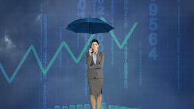 Mulher de negócios que guarda um guarda-chuva sob uma tempestade video estoque