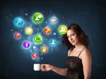 Mulher de negócios que guarda um copo branco com ícones do ajuste Fotografia de Stock