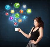 Mulher de negócios que guarda um copo branco com ícones do ajuste Imagens de Stock Royalty Free