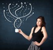 Mulher de negócios que guarda um copo branco com linhas e setas imagem de stock
