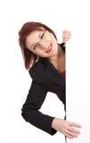 Mulher de negócios que guarda um quadro de avisos imagens de stock royalty free