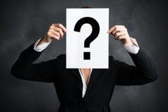 Mulher de negócios que guarda uma folha de papel com um questionmark imagens de stock