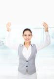 Mulher de negócios que guarda uma placa de cartão branca vazia fotos de stock royalty free