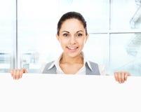 Mulher de negócios que guarda uma placa de cartão branca vazia imagens de stock