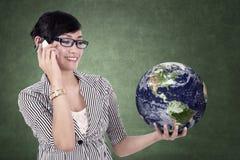 Mulher de negócios que guardara um globo fotografia de stock