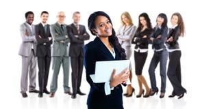 mulher de negócios que guardara um portátil com seus colegas imagens de stock royalty free