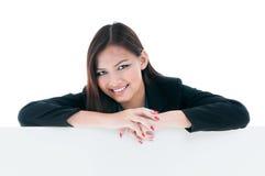 Mulher de negócios que inclina-se na placa em branco Imagens de Stock Royalty Free