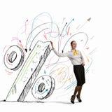 Mulher de negócios que inclina-se no sinal de por cento Fotografia de Stock Royalty Free