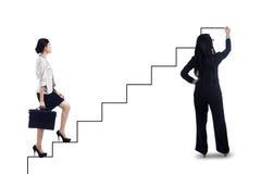 Mulher de negócios que intensifica em escadas ao sucesso Fotos de Stock Royalty Free