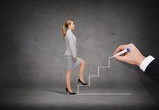 Mulher de negócios que intensifica a escadaria Foto de Stock Royalty Free
