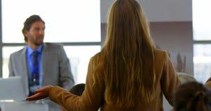 Mulher de negócios que interage com um orador masculino no seminário 4k do negócio vídeos de arquivo