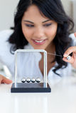 Mulher de negócios que joga com esferas de Newton Foto de Stock