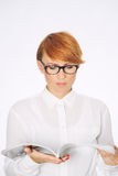Mulher de negócios que lê o jornal ou o compartimento Fotos de Stock Royalty Free