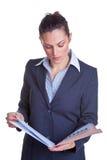 Mulher de negócios que lê um arquivo Fotos de Stock Royalty Free