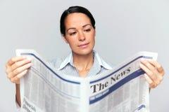 Mulher de negócios que lê um jornal imagem de stock