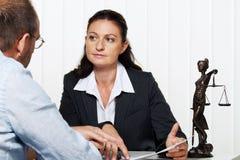 Mulher de negócios que lê uma letra Fotos de Stock