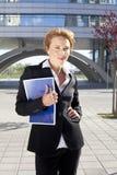 Mulher de negócios que levanta ao ar livre Fotografia de Stock Royalty Free
