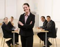 Mulher de negócios que levanta com colegas de trabalho imagem de stock royalty free