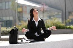 Mulher de negócios que meditating Fotos de Stock Royalty Free