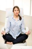 Mulher de negócios que Meditating fotografia de stock royalty free
