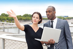 Mulher de negócios que mostra algo a seu colaborador Imagem de Stock Royalty Free