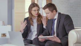 Mulher de negócios que mostra as cartas financeiras, apresentação ao cliente filme