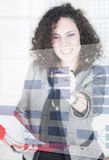 Mulher de negócios que mostra a carta Foto de Stock