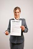 Mulher de negócios que mostra o contrato Foto de Stock Royalty Free