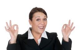 Mulher de negócios que mostra o sinal aprovado Imagens de Stock